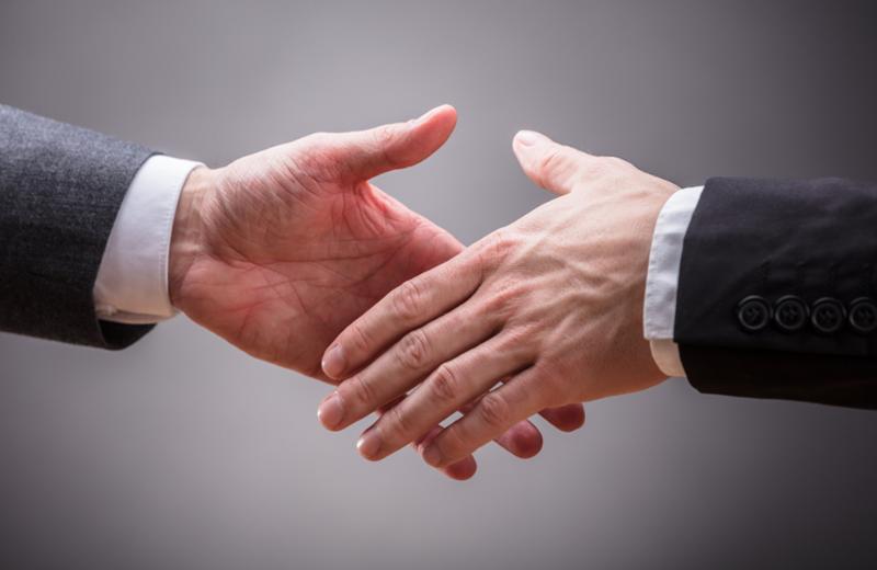 Podávání rukou pro uzavření obchodního partnerství